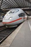 Przy Kolońskim railwaystation Prędkość wysoki Pociąg Zdjęcia Royalty Free