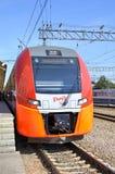 Przy Kursky stacją kolejową przyśpiesza elektrycznego pociąg Siemens Desiro RUS Lastochka Moskwa, Nizhny (- Novgorod) obraz royalty free
