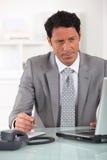 Przy laptopem męski kierownictwo Obraz Stock