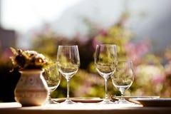 Przy lato kawiarnią słuzyć stół Fotografia Stock