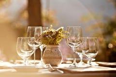 Przy lato kawiarnią słuzyć stół zdjęcie royalty free