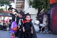 Przy Megą uderzenia Na Bangkok Tajlandia: Małe dzieci jest ubranym Halloween kostium bawić się na scenie Zdjęcie Stock