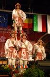 Przy międzynarodowym festiwalem rumuńscy ludowi tancerze Zdjęcie Royalty Free