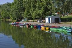 Przy miasto stawem do wynajęcia łodzie. Obraz Royalty Free