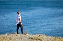 Przy morzem młodych człowieków spojrzenia Obraz Royalty Free