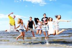 Przy morzem szczęśliwi nastolatkowie Obrazy Stock