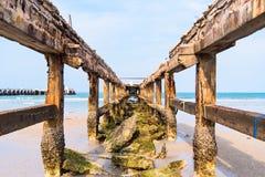 Przy niskim przypływem stary łamający połów dokuje Tajlandia Fotografia Royalty Free