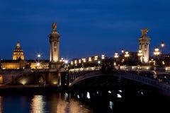 Przy noc Aleksander most III. Paryż, Francja Zdjęcia Royalty Free