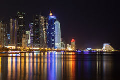 Przy noc Doha śródmieście, Katar Obrazy Royalty Free