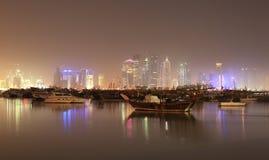 Przy noc Doha linia horyzontu, Katar obrazy stock