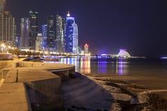 Przy noc Doha śródmieście, Katar Fotografia Stock