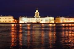 Przy noc Dvortsovaya bulwar. Świątobliwy Petersburg Zdjęcie Stock
