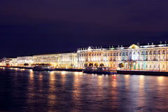 Przy noc Dvortsovaya bulwar. Świątobliwy Petersburg Obrazy Stock