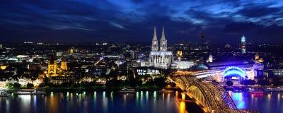 Przy noc kolońska Katedra zdjęcia stock
