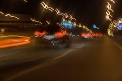 Przy Noc miasta Ruch drogowy Zamazany samochód z jaskrawymi hamulcowymi światłami, miasto latarniami ulicznymi i prędkością, Sele Zdjęcia Royalty Free