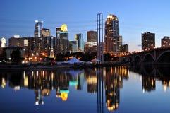 Przy noc Minneapolis linia horyzontu Zdjęcie Stock