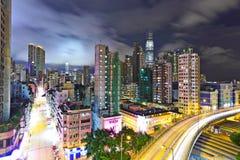 Przy noc nowożytny miastowy krajobraz fotografia stock