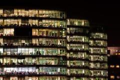 Przy noc nowożytny biurowy blok Obrazy Stock