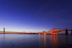 Przy noc półmrokiem Droga i Poręcza Mosty Naprzód Zdjęcie Stock