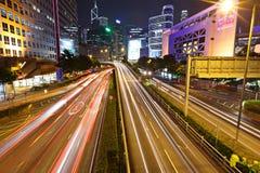 Przy noc szybcy poruszający samochody zdjęcia royalty free