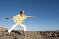 Przy oceanem radosna i szczęśliwa kobieta Obraz Stock