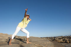 Przy oceanem radosna i szczęśliwa kobieta Fotografia Royalty Free