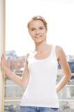 Przy okno szczęśliwa nastoletnia dziewczyna Obraz Stock