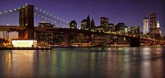Przy półmrokiem Manhattan linia horyzontu. Miasto Nowy Jork Obrazy Royalty Free