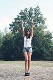 Przy parkiem szczęśliwa dziewczyna. Zdjęcie Stock