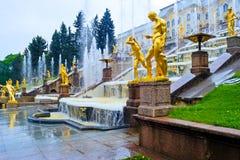 Przy Peterhof Pałac uroczyste Kaskadowe Fontanny Zdjęcie Stock