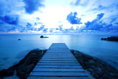Przy plażą drewniany molo Fotografia Stock