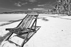 Przy plażą plażowy słońca krzesło Fotografia Stock