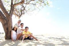 Przy plażą szczęśliwa rodzina Fotografia Royalty Free