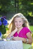 Przy plenerowym herbacianym przyjęciem blondynki śliczna dziewczyna fotografia stock