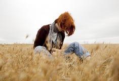 Przy polem osamotniona smutna miedzianowłosa dziewczyna Zdjęcia Stock