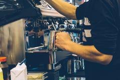 Przy pracą kawowy barista Robić cappuccino lub latte na kawowej maszynie w plenerowym zdjęcia royalty free