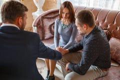 Przy psycholog Rodzinną parą godzącą z pomocą psychologa obrazy royalty free