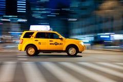 Przy rozdrożami żółta taksówka. Obrazy Royalty Free