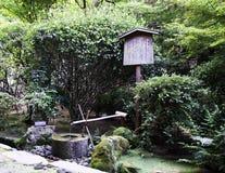 Przy Ryoanji świątynią tradycyjna bambusowa fontanna Fotografia Royalty Free