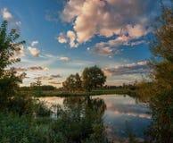 Przy rzeką jesień wieczór Obrazy Stock