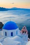 Przy Santorini wyspą grecki kościół Zdjęcia Royalty Free