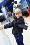 Przy stacją kolejową dziewczyna. Zdjęcie Stock