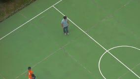Przy stadium na ulicznych chłopiec jest w linii na szkoleniu, trenuje skończonego szkolenie, then i chłopiec różnią się zdjęcie wideo