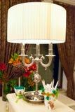 Przy stołem elegancka lampa Zdjęcie Stock