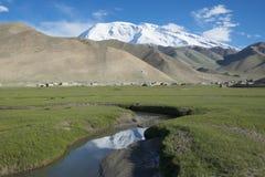 Przy szczytowymi muShiDaGe ciekami górski paśnik Fotografia Royalty Free