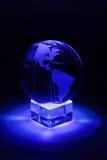 Przy szkło stojakiem mała kula ziemska jest iluminuje światłem Zdjęcia Stock