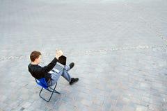 Przy ulicą biznesmena obsiadanie Fotografia Royalty Free