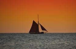 Przy zmierzchem żeglowanie łódź obrazy stock
