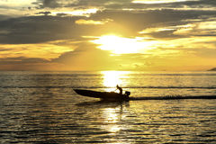Przy zmierzchem żeglowanie łódź Zdjęcia Stock