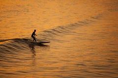 Przy zmierzchem Kalifornia pojedynczy surfingowiec Fotografia Stock